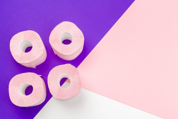 Пастельная розовая туалетная бумага с copyspace