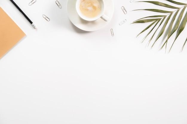 デスクトップのミニマリズム。コーヒーとフラットレイオフィス。 copyspace。職場