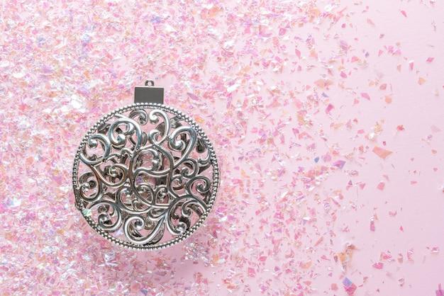 ピンクのグリッターのビンテージのクリスマスツリーの装飾。最小限のクリスマス。明けましておめでとうございます。フラット横たわっていた、トップビュー、copyspace