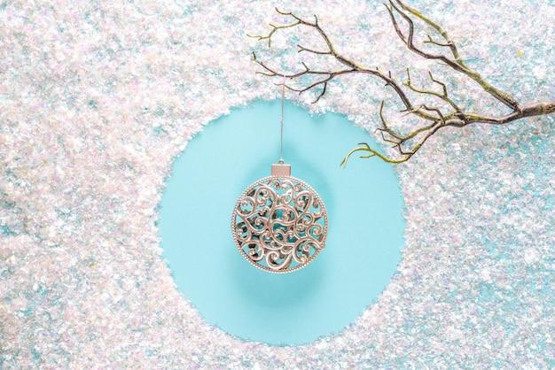 青の輝く見掛け倒しと現代のクリスマスの休日の飾り装飾。 copyspaceでフラットレイアウト