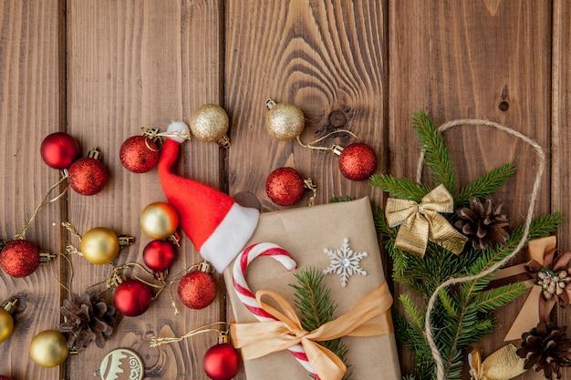 クリスマスギフトボックス、木製テーブルの上の食べ物の装飾、モミの木の枝。 copyspaceのトップビュー