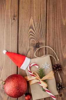 クリスマスギフトボックス、木製テーブルの上の食べ物の装飾とモミの木の枝。 copyspaceのトップビュー
