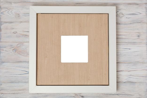 フォトブック用のスタイリッシュなボックス。家族のフォトアルバム用の段ボール箱。 copyspaceの結婚式のフォトアルバム付きのボックス。箱に入った革の結婚式の写真集。