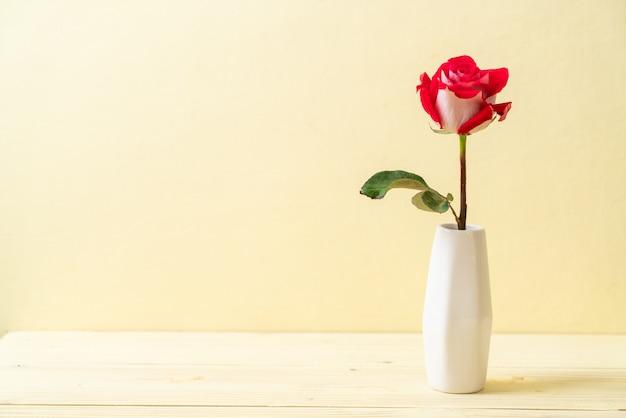Copyspaceと黄色の背景に赤いバラ