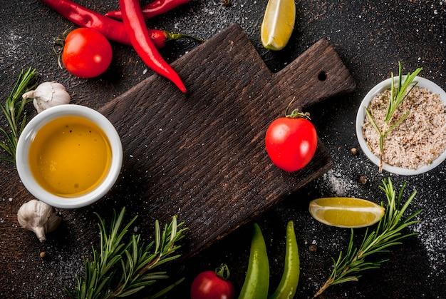 食材、オリーブオイル、ハーブ、スパイス、暗いさびたトップビューcopyspace