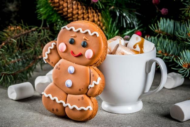 Традиционное рождественское угощение. горячий шоколад с зефиром, пряничным печеньем, еловыми ветками и рождественскими праздничными украшениями copyspace