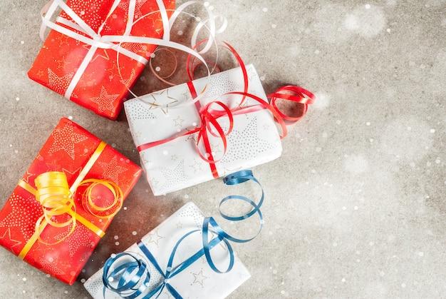 Рождество с украшенными подарками. серый, эффект снега, вид сверху copyspace