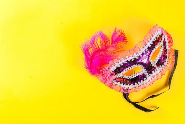 明るい黄色copyspaceトップビューでの休日のマスクとマルディグラ
