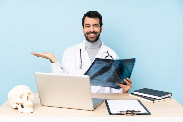 Профессиональный травматолог на рабочем месте держит copyspace мнимой на ладони, чтобы вставить объявление