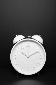 時間の概念黒copyspaceの目覚まし時計。レトロなスタイル