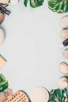 モンステラの葉とcopyspaceの背景に化粧品ケア製品とフラットレイアウトレイアウト