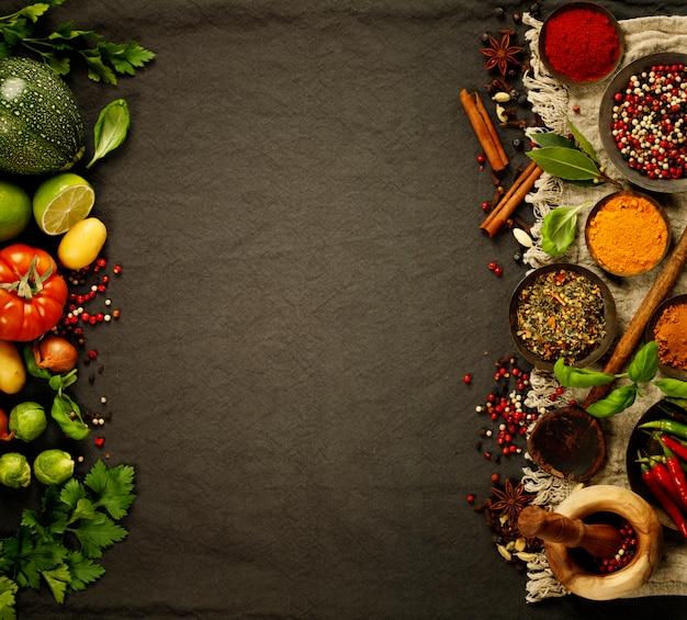 Copyspaceと黒の背景に新鮮な食材