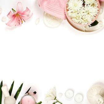 Copyspaceと白い背景の上の天然温泉製品と健康と美容のテンプレート