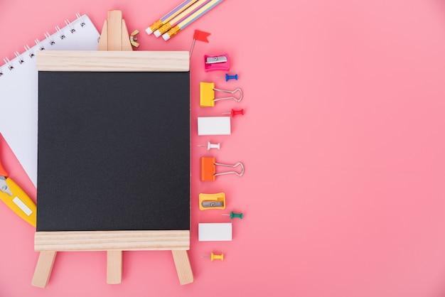 Вид сверху набор инструментов для обучения детей на розовом с copyspace