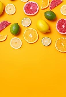 柑橘系の果物の品揃え、上面図、copyspace背景