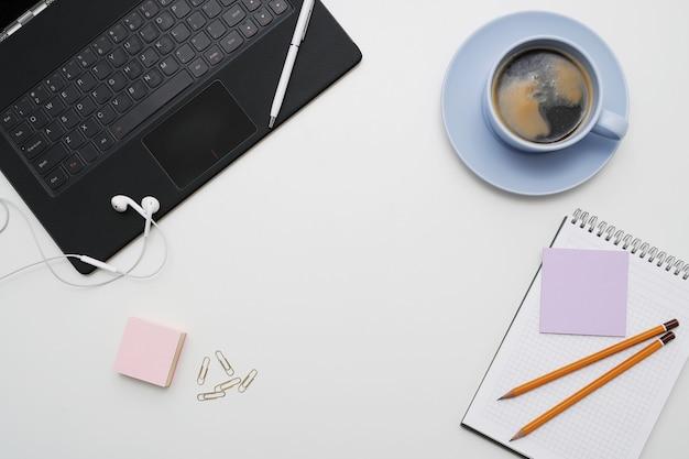 Рабочее место с ноутбуком, кофе и блокнотом, вид сверху, copyspace