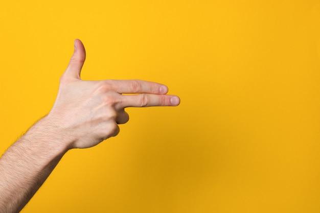 Рука человека, имитирующая пистолет с copyspace