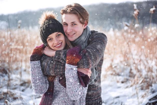 雪に覆われた冬の寒い森、copyspace、新年パーティーのお祝い、休日や休暇、旅行、愛と関係の愛のクリスマス幸せなカップルを受け入れる