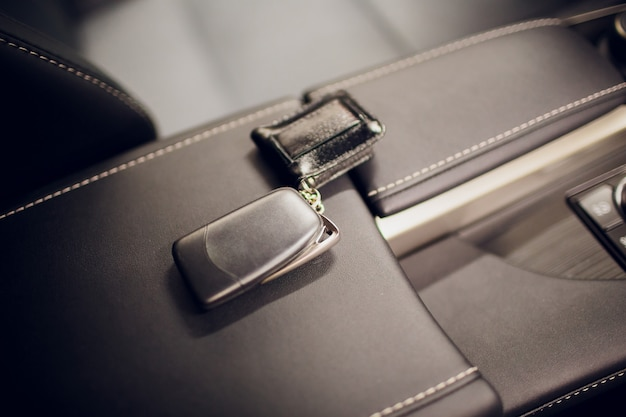 車のキーを渡します。車のキーを保持しているクローズアップの車のディーラーをトリミングカメラcopyspace車のディーラーサロンマネージャーセールスマン売りを与える所有者職業購入車両コンセプト