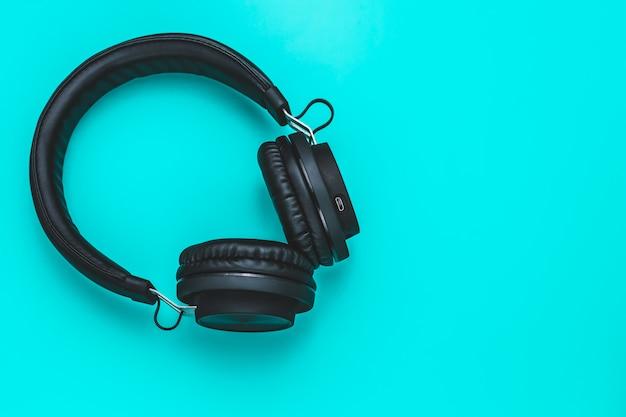 ターコイズのcopyspaceに黒いヘッドフォン。