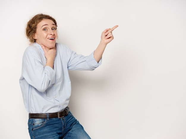 笑って、copyspaceを指して成熟した女性