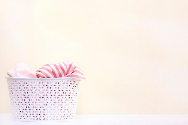 Белая корзина с грязным бельем. концепция стирки одежды и уборки дома. copyspace