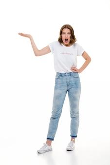 Сердитая кавказская женщина стоя около copyspace