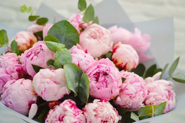 Copyspaceと新鮮な花のカード。テキストのための場所と花。