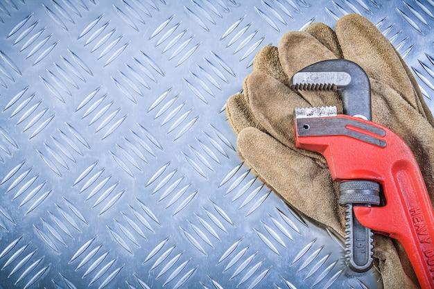 段ボール金属シートcopyspace建設コンセプトの安全手袋モンキーレンチ
