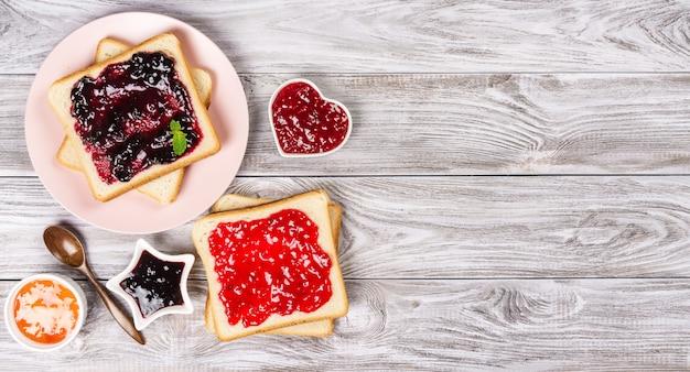 様々な甘いジャムとおいしいトースト。あなたのテキストのcopyspace