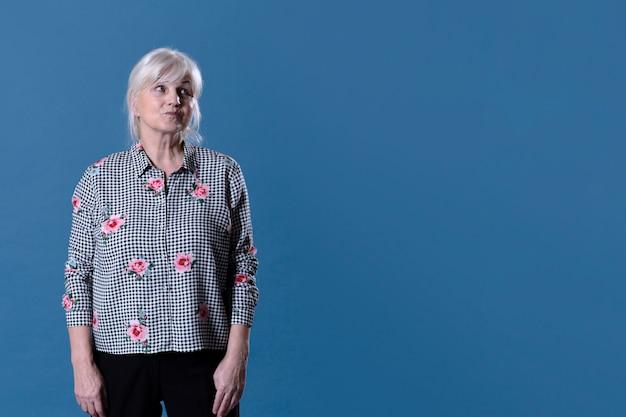 Пожилая женщина с copyspace