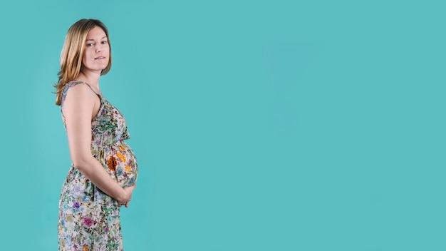Беременная женщина и copyspace
