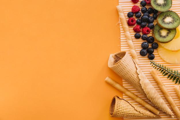 左と果実の上にcopyspaceを持つアイスクリームのコンセプト