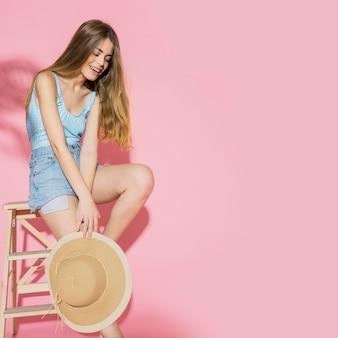 Модная женщина с летней шляпой и copyspace