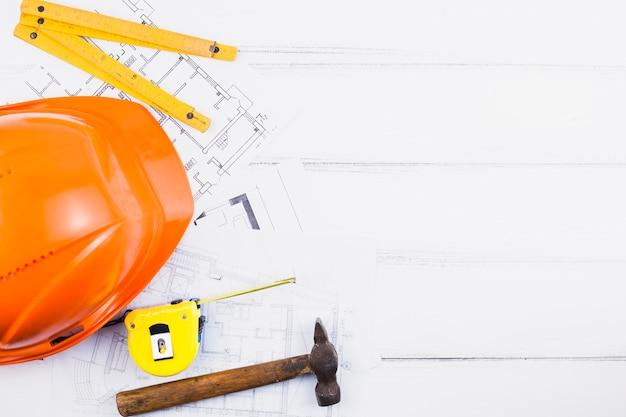 計画の上にcopyspaceとヘルメットを持つ建築のコンセプト