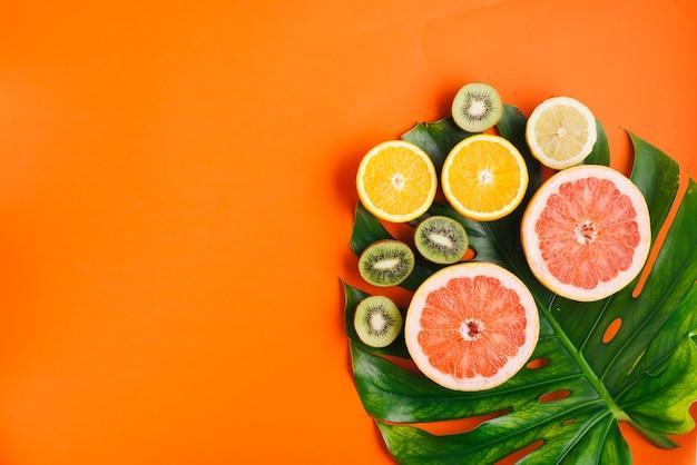 Тропические фрукты фон с copyspace и пальмового листа
