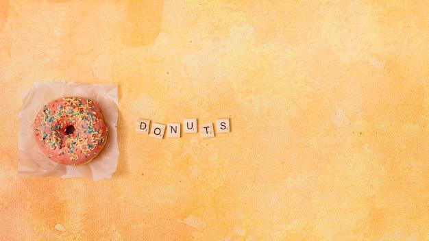 Плоская композиция пончик с copyspace