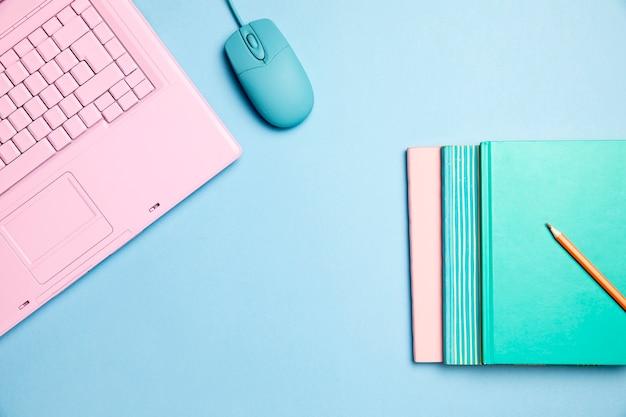 Copyspaceとピンクのキーボードのトップビュー