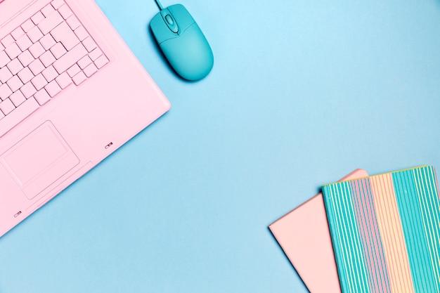 Вид сверху розовой клавиатуры с copyspace