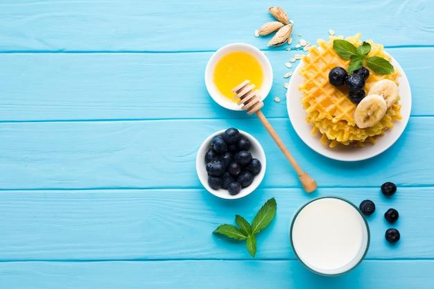 Плоский накрытый завтрак стол с copyspace