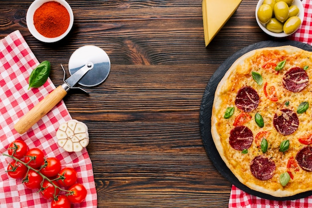 Композиция для плоской пиццы с copyspace