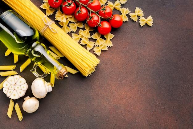 Плоская планировка итальянская пищевая композиция с copyspace