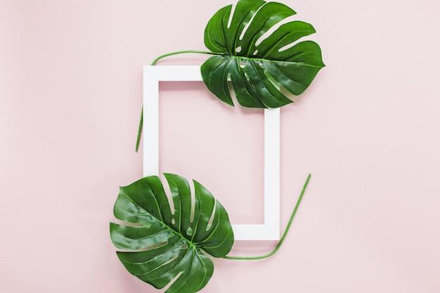 Copyspaceと熱帯の葉のフラットレイアウト