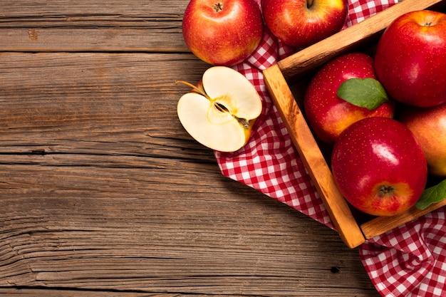 Плоская корзина со спелыми яблоками с copyspace