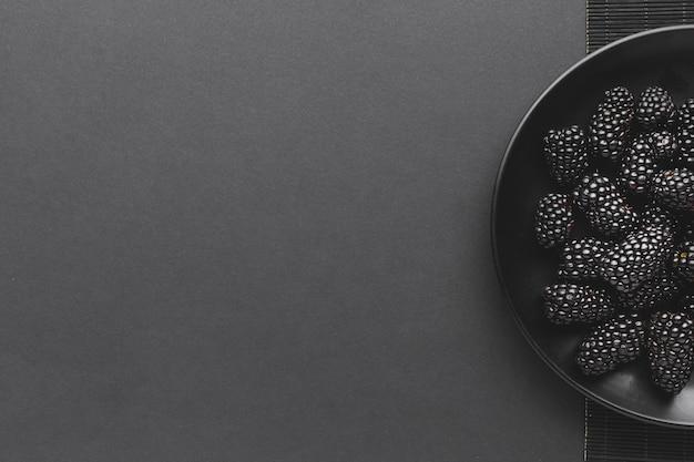 Плоская плоская тарелка ежевики с copyspace