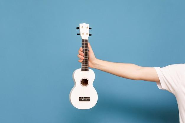 Музыкальный инструмент в мужских руках. задний план. copyspace. музыкальная концепция.