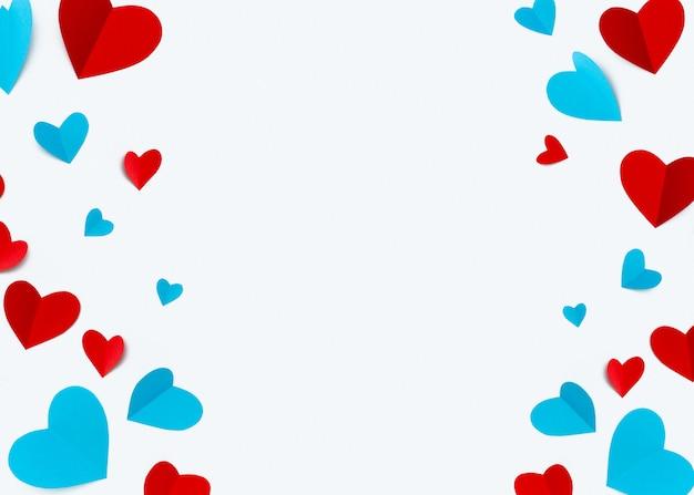 テキストのcopyspaceと白い背景に赤いハートで作られたロマンチックな組成物