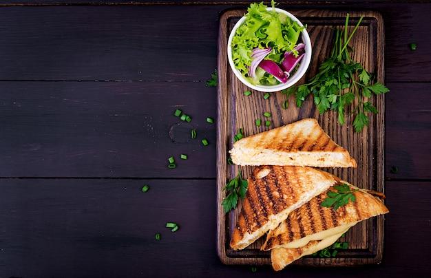 アメリカのホットチーズサンドイッチ。朝食に自家製グリルチーズサンドイッチ。トップビューの背景copyspace