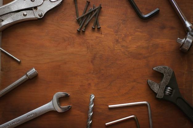 Ящик для инструментов на деревянном фоне с copyspace