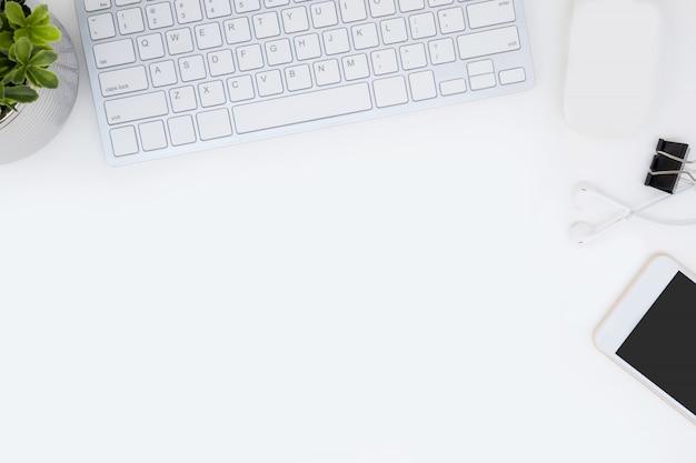 それの上にたくさんのものがある白い事務机のテーブル。 copyspace、平面レイアウトの平面図です。
